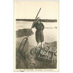 carte postale ancienne 33 ARCACHON. Une Parqueuse d'Huîtres