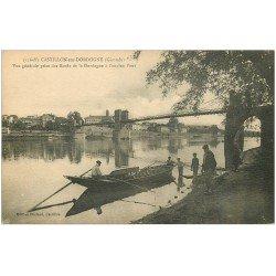carte postale ancienne 33 CASTILLON. Pêcheurs en barque vers l'ancien Pont