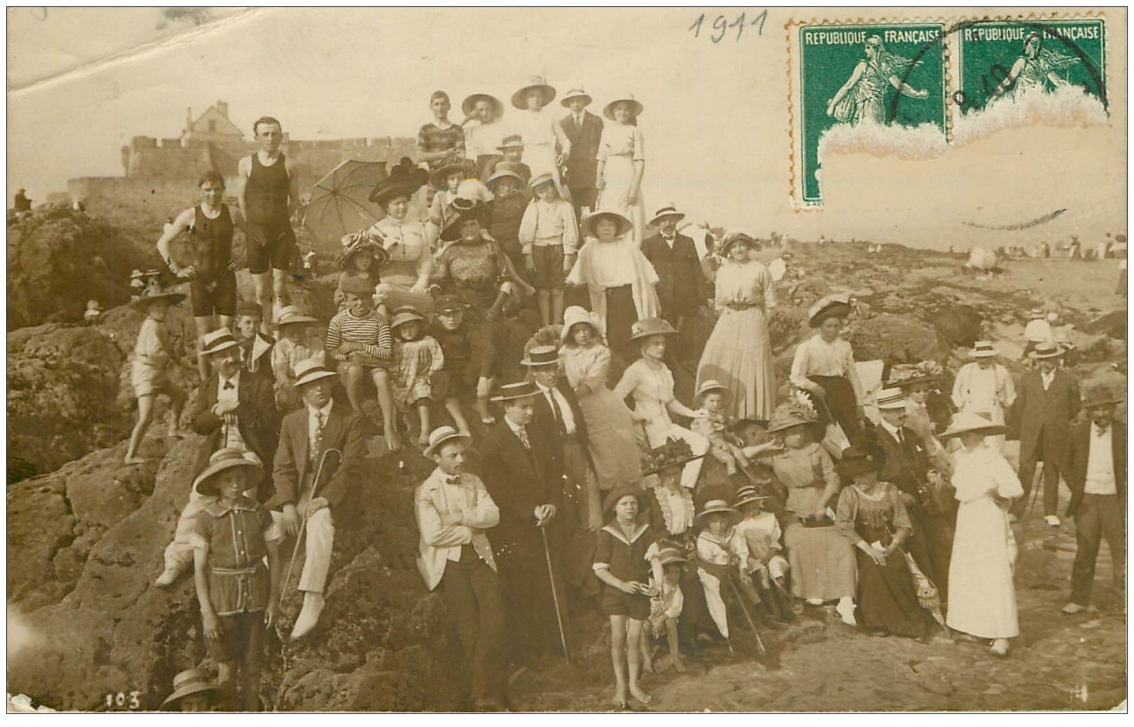 carte postale ancienne 35 SAINT-MALO. Rare Carte Photo groupe sur la Plage 1911