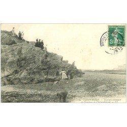 carte postale ancienne 35 SAINT-MALO. Touristes Tombeau Chateaubriand 11909