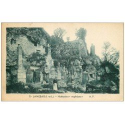 carte postale ancienne 37 LANGEAIS. Habitations Troglodytes avec Femme