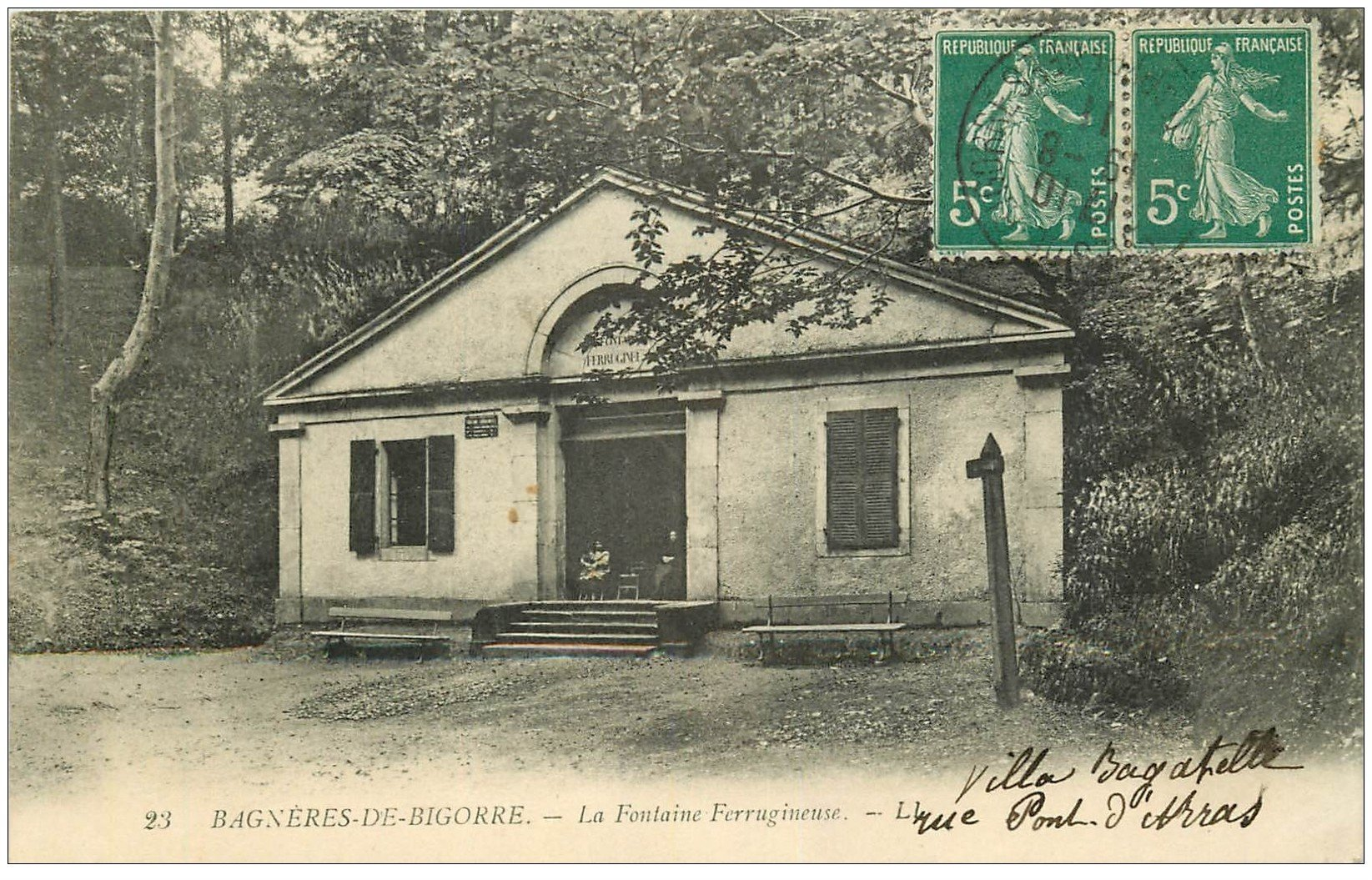 carte postale ancienne 65 BAGNERES-DE-BIGORRE. La Fontaine Ferrugineuse 1911