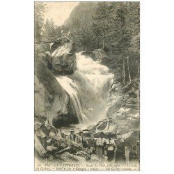 carte postale ancienne 65 CAUTERETS. Cascade Cerisey route Pont d'Espagne animation