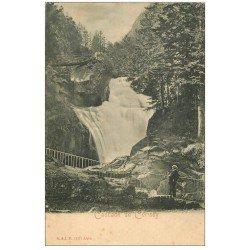 carte postale ancienne 65 CAUTERETS. Cascade du Cerisey avec touriste vers 1900