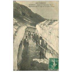 carte postale ancienne 65 GAVARNIE. Cantonniers faisant une tranchée dans la Neige Route du Cirque 1912