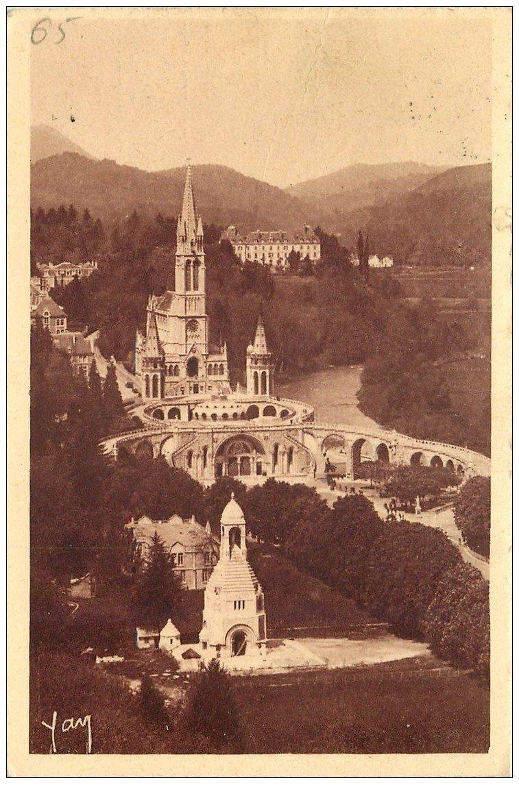 carte postale ancienne 65 LOURDES. Le Château-Fort, Basilique et Monument aux Morts vers 1930