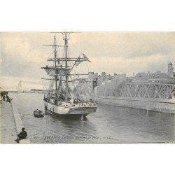 carte postale ancienne 76 DIEPPE. Pont Tournant du Pollet avec Bateau de Pêche Islandais 1905