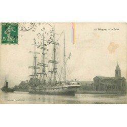 carte postale ancienne 76 DIEPPE. Le Pollet avec Bateau de Pêche Islandais 1911