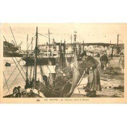 carte postale ancienne 76 DIEPPE. Le Rouen dans le Bassin avec Pêcheurs à l'ancrage 1936