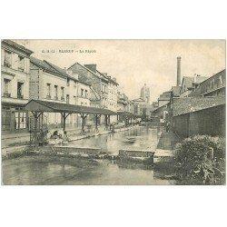 carte postale ancienne 76 ELBEUF. La Rigole avec Lavandière 1909