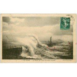carte postale ancienne 76 LE HAVRE. La Digue par Coup de Vent 1908