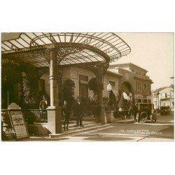 carte postale ancienne 06 JUAN-LES-PINS. Personnels à l'Entrée du Casino. Superbe Carte Photo émaillographie