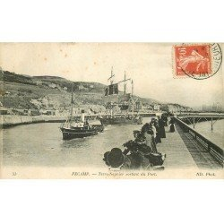 carte postale ancienne 76 FECAMP. Terre-Neuvier sortant du Port 1917
