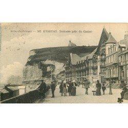 carte postale ancienne 76 ETRETAT. Terrasse près du Casino 1924