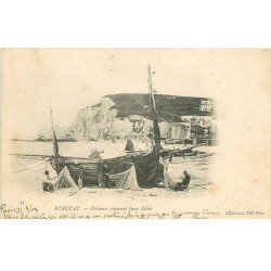 carte postale ancienne 76 ETRETAT. Pêcheurs réparant leurs Filets 1905