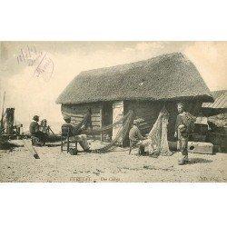 carte postale ancienne 76 ETRETAT. Une Caloge Pêcheurs réparant leurs Filets 1909. Verso vierge