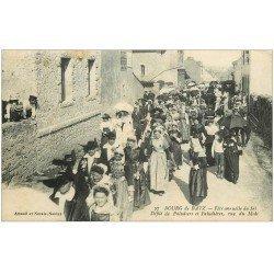 carte postale ancienne 44 BOURG-DE-BATZ. Fête du Sel. Paludiers Rue du Midi 1922. Timbre manquant