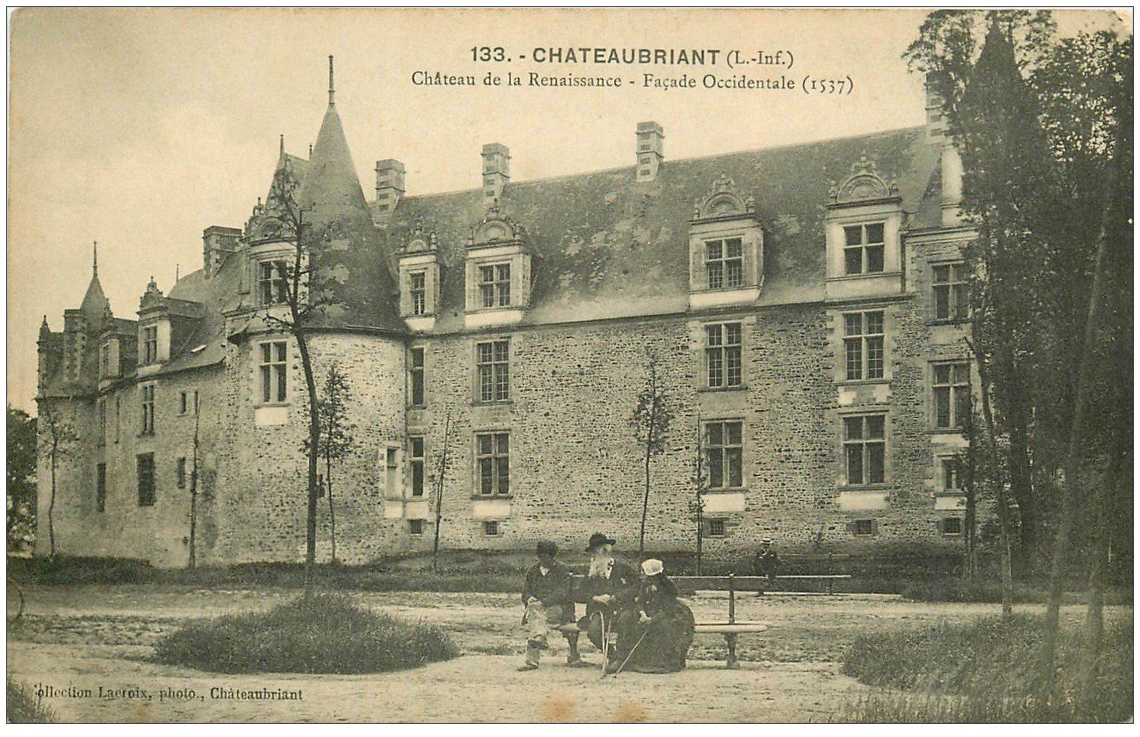 carte postale ancienne 44 CHATEAUBRIANT. Château Renaissance personnages sur Banc