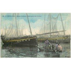carte postale ancienne 44 LE CROISIC. Bateaux Sardiniers. Déchargement des Sardines par des Femmes