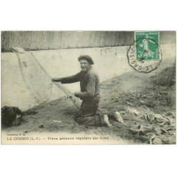 carte postale ancienne 44 LE CROISIC. Vieux Pêcheur réparant ses filets 1909