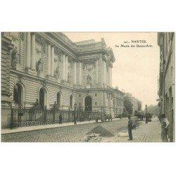 carte postale ancienne 44 NANTES. Le Musée des Beaux-Arts avec Ouvriers Paveurs de rues