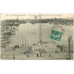 carte postale ancienne 44 SAINT-NAZAIRE. Les Bassins et Grande grue vers 1910