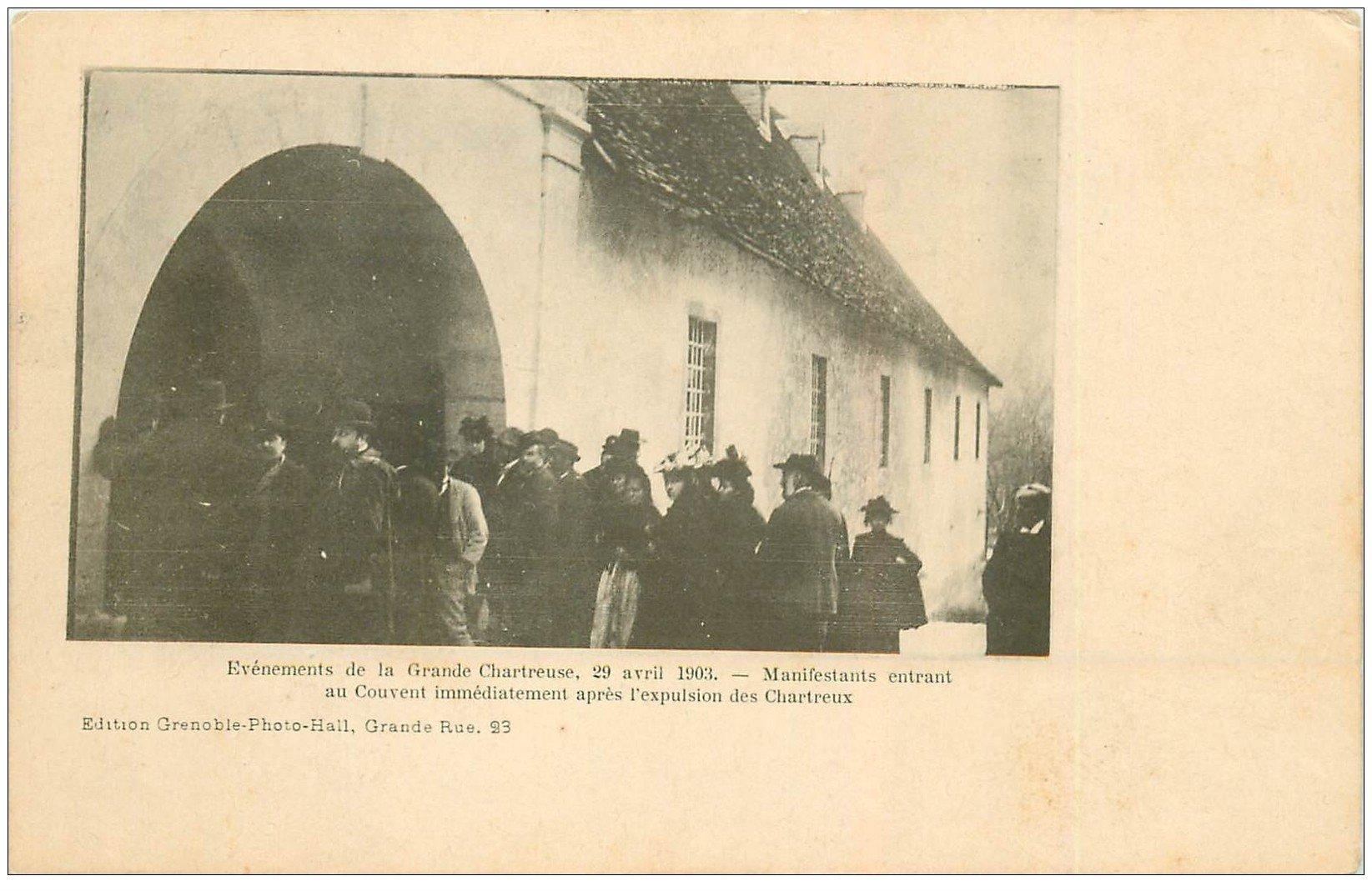 carte postale ancienne 38 CHARTREUSE. Manifestants au Couvent vers 1900