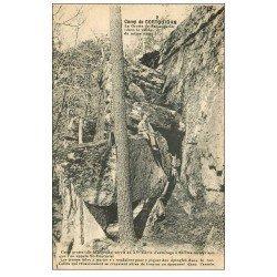 carte postale ancienne 56 CAMP DE COËTQUIDAN. La Grotte de Saint-Couturier avec militaire assis 1928