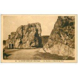 carte postale ancienne 56 LA ROCHE-BERNARD. Les Rochers à l'Entrée du Port. Guérite avec Personnages