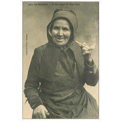 carte postale ancienne 56 MORBIHAN. Vieille Fumeuse de pipe 1913