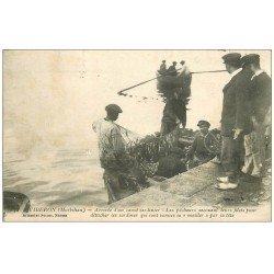 carte postale ancienne 56 QUIBERON. Canot Sardinier les Pêcheurs secouent leurs filets pour détacher les Sardines maillées 1924