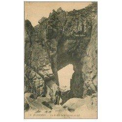 carte postale ancienne 56 QUIBERON. La Grotte de Kergroix animée