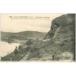 carte postale ancienne 07 LAC D'ISSARLES. Grottes celtiques. Habitation du Garde vers 1921