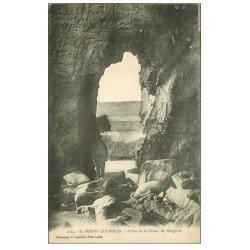 carte postale ancienne 56 SAINT-PIERRE-QUIBERON. Personnage Arche Grotte de Kergroix