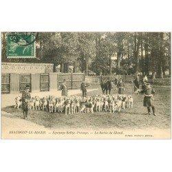 carte postale ancienne 27 BEAUMONT-LE-ROGER. Equipage Rallye-Puisaye sortie du Chenil. Chiens Chasse à courre 1907