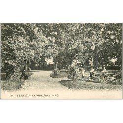 carte postale ancienne 27 BERNAY. Jardin Public animation