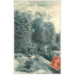 carte postale ancienne 27 CONCHES. Enfants assis près du Donjon