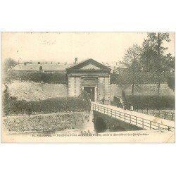 carte postale ancienne 08 CHARLEVILLE MEZIERES. Porte Pont de Pierre 1909 (mini pli coin droit)...