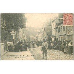 carte postale ancienne 27 PONT-AUDEMER. Le Placier Marché aux Volailles Rue Notre-Dame du Prés 1904 (défauts)