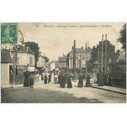 carte postale ancienne 27 VERNON. Passage à niveau Rue Albuféra 1912 Tabac et Félix Potin