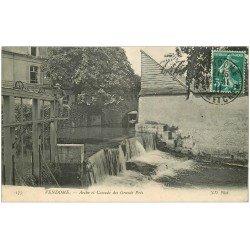 carte postale ancienne 41 VENDOME. Personnage sur écluses. Arche et Cascade des Grands Prés 1911