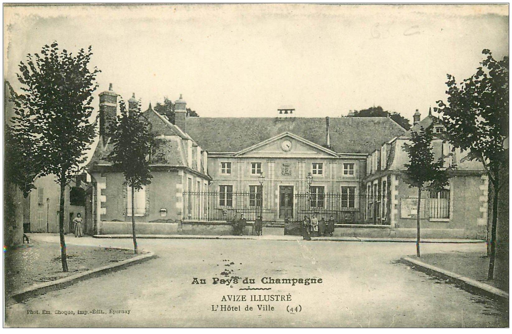 carte postale ancienne 51 AVIZE. Hôtel de Ville animation