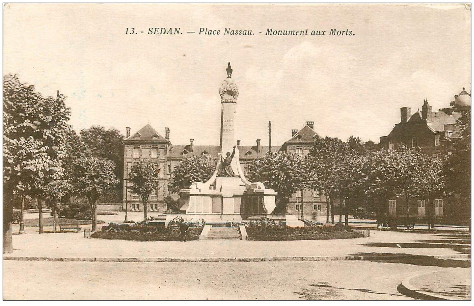 carte postale ancienne 08 SEDAN. Place Nassau Monument aux Morts