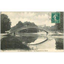 carte postale ancienne 51 CHALONS-SUR-MARNE. Pêcheurs sur Passerelle du Canal 1910