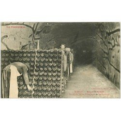carte postale ancienne 51 EPERNAY. Champagne Pol Roger. Le Remuage travail du Vin 1908