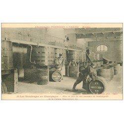 carte postale ancienne 51 REIMS. Caves Champagne Pommery. Mise en fûts du vin au vendangeoir