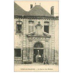 carte postale ancienne 51 VITRY-LE-FRANCOIS. Caserne des Minîmes Chien et Militaires