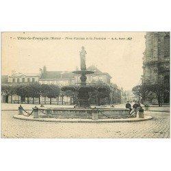 carte postale ancienne 51 VITRY-LE-FRANCOIS. Fontaine Place d'Armes 1919. Pli coin