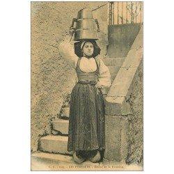 carte postale ancienne 09 SALIER. Retour de la Fontaine. Femme Porteuse d'eau en sabots 1917