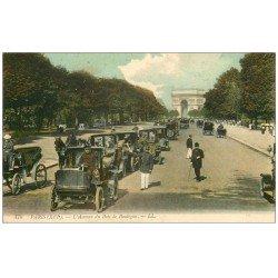 carte postale ancienne 75 PARIS. Fiacres et file de Taxis Avenue du Bois de Boulogne. Agent de Police vers 1910